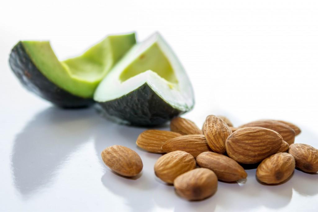 Nøtter og mandler er begge eksempler på matvarer som er rike på enumettet fett.