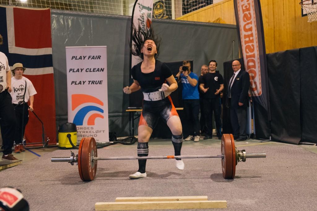 140 kg markløft fra Susanne Leer, som jeg coachet til junior NM i utstyrsfri styrkeløft i 2016. Foto: Roman Telezhnyak
